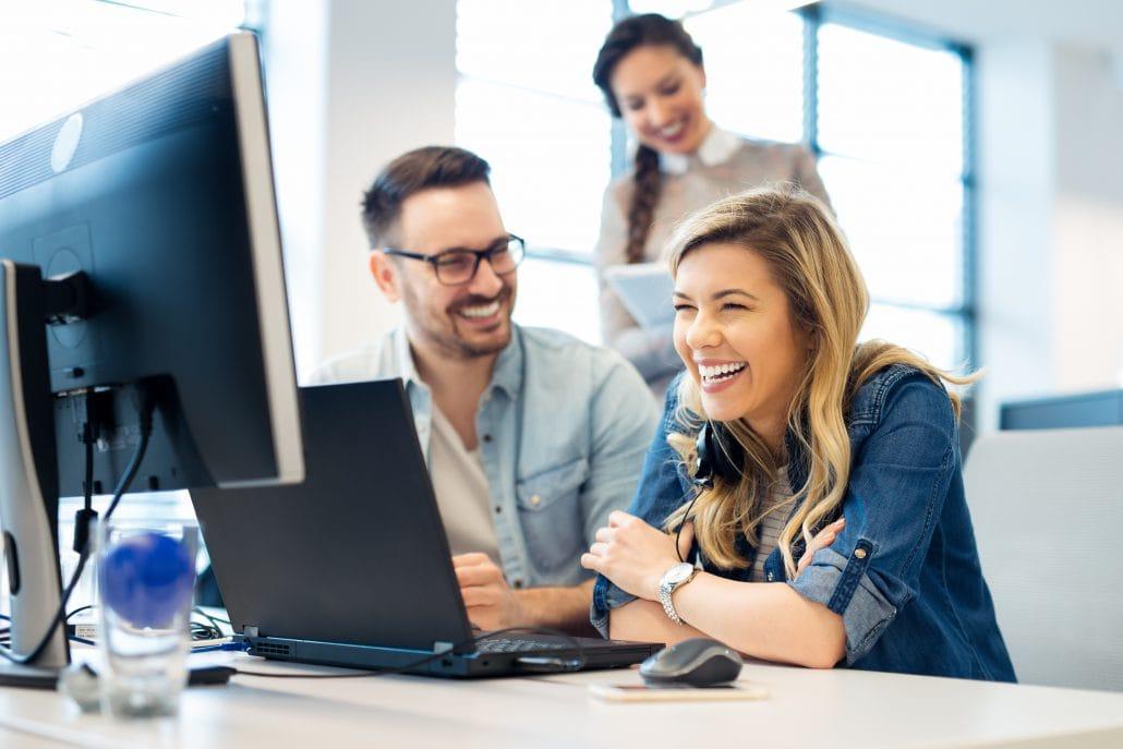 Das Bild zeigt drei zufriedene Mitarbeiter, die die Talent Management Software elearnio nutzen.