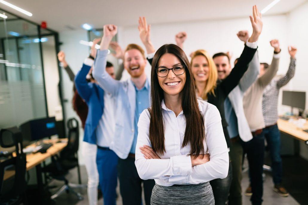 Das Bild zeigt glückliche Mitarbeitende die mit elearnio im neuen Unternehmen gestartet sind